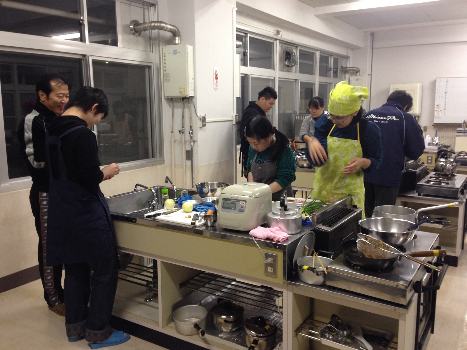 楽しい調理実習の様子