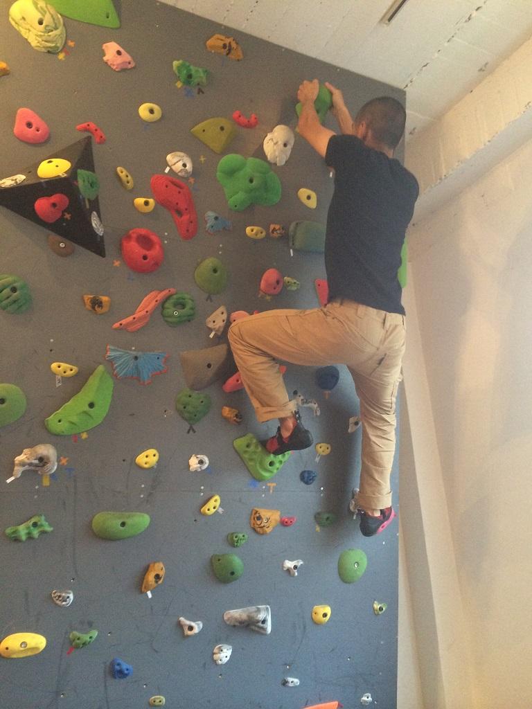 壁を登る私