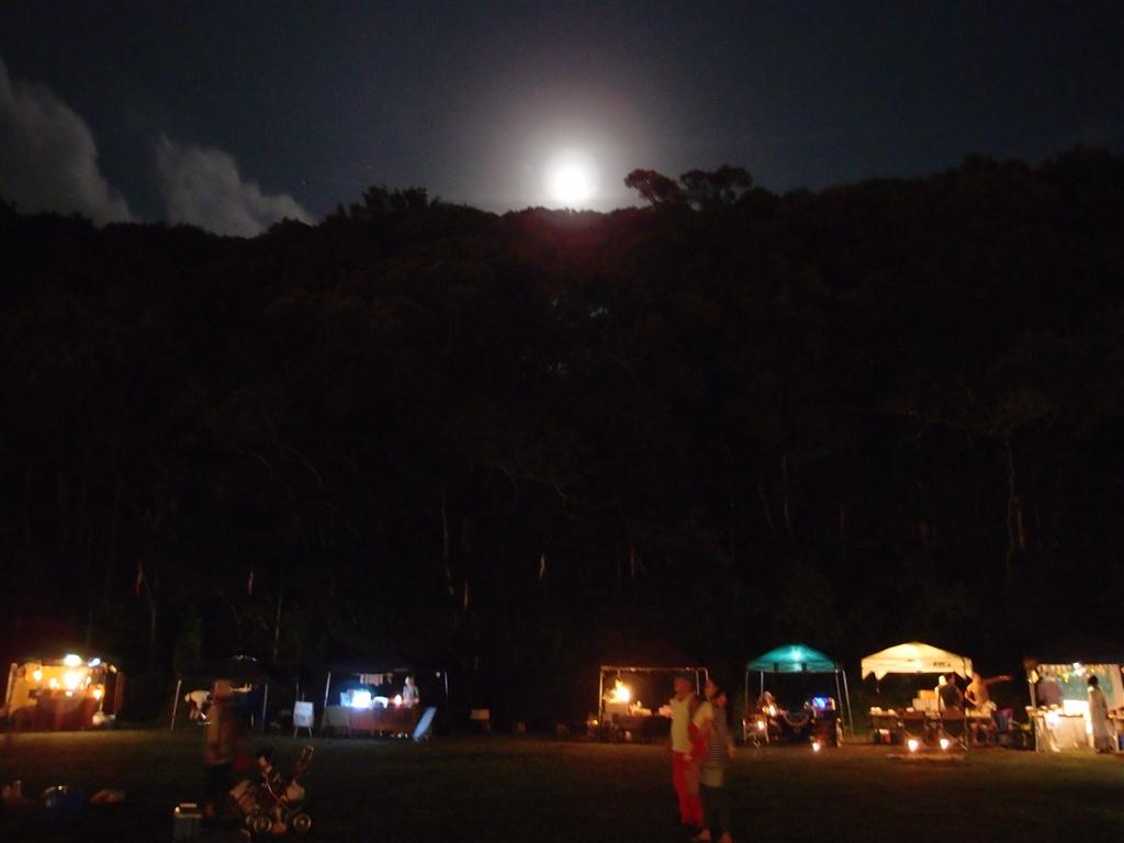 山から出た月